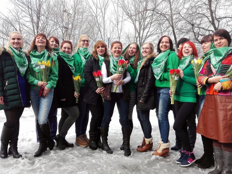 Девушки, цветы, платочки :)