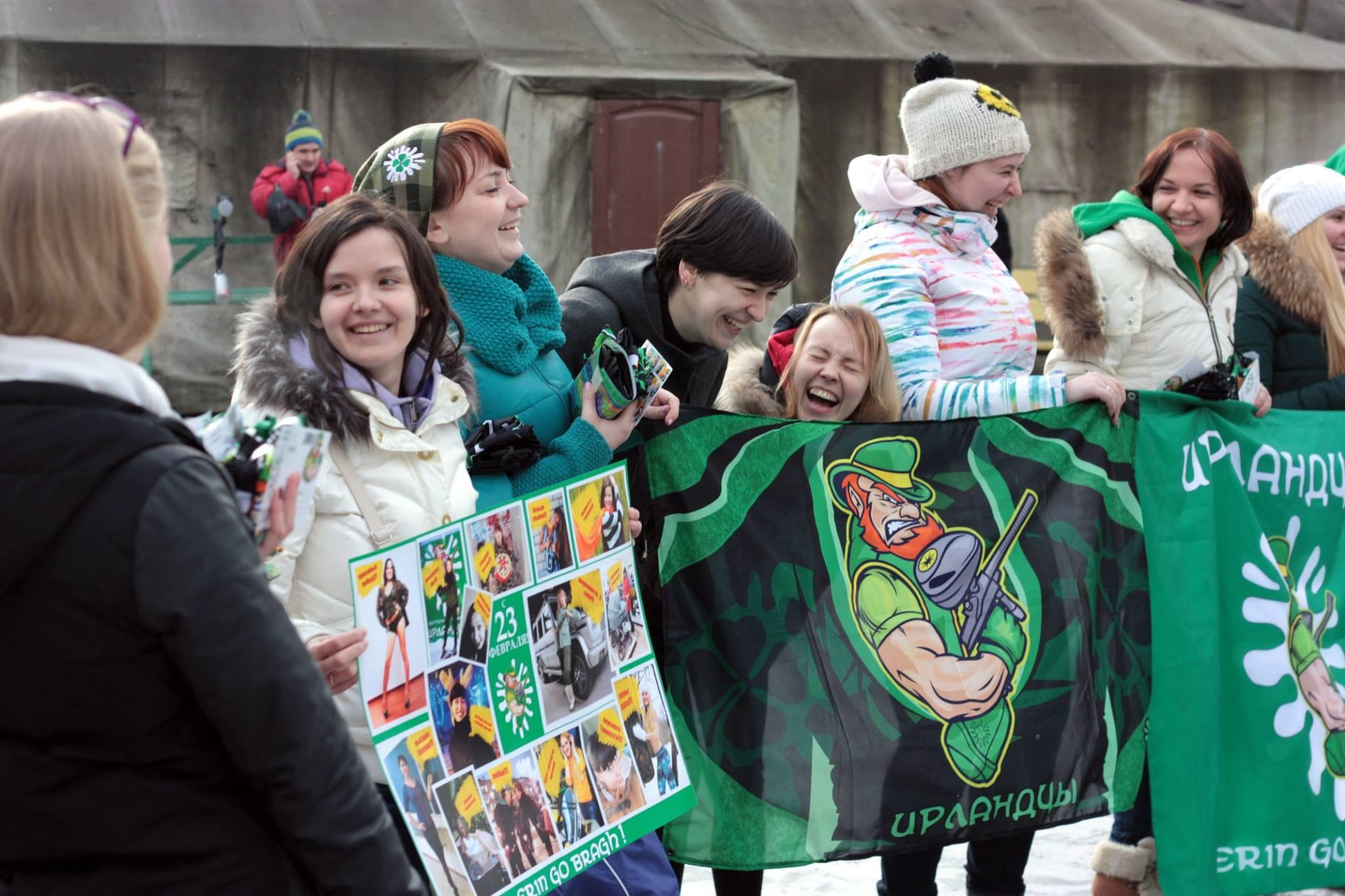 Ирландские девушки готовят поздравление