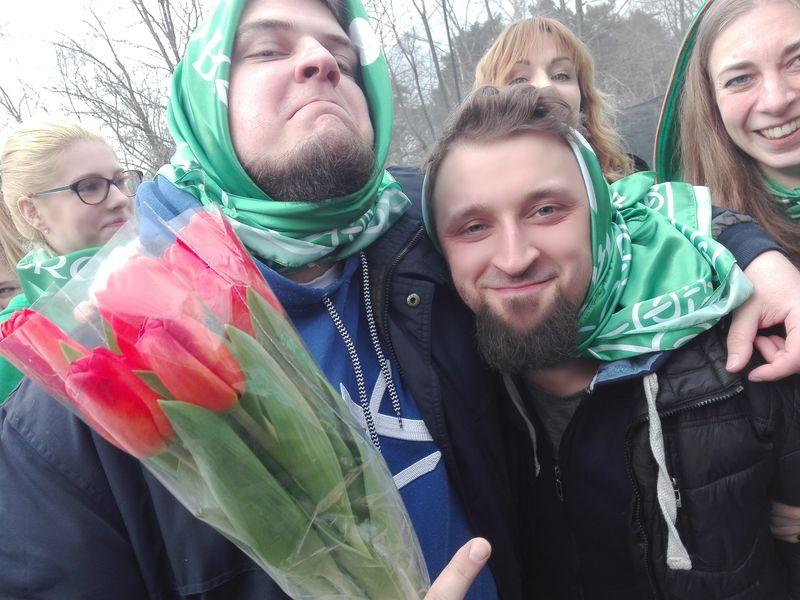 ...Любим, Паша, цветы, платочки... :)