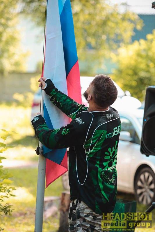 Поднять флаг под гимн Российской Федерации был удостоен Павел mu8D. Мы гордимся !